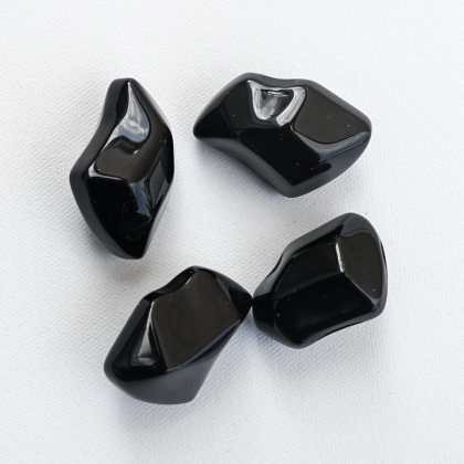 Koristekivet mustat kristallit Kratki takkaan